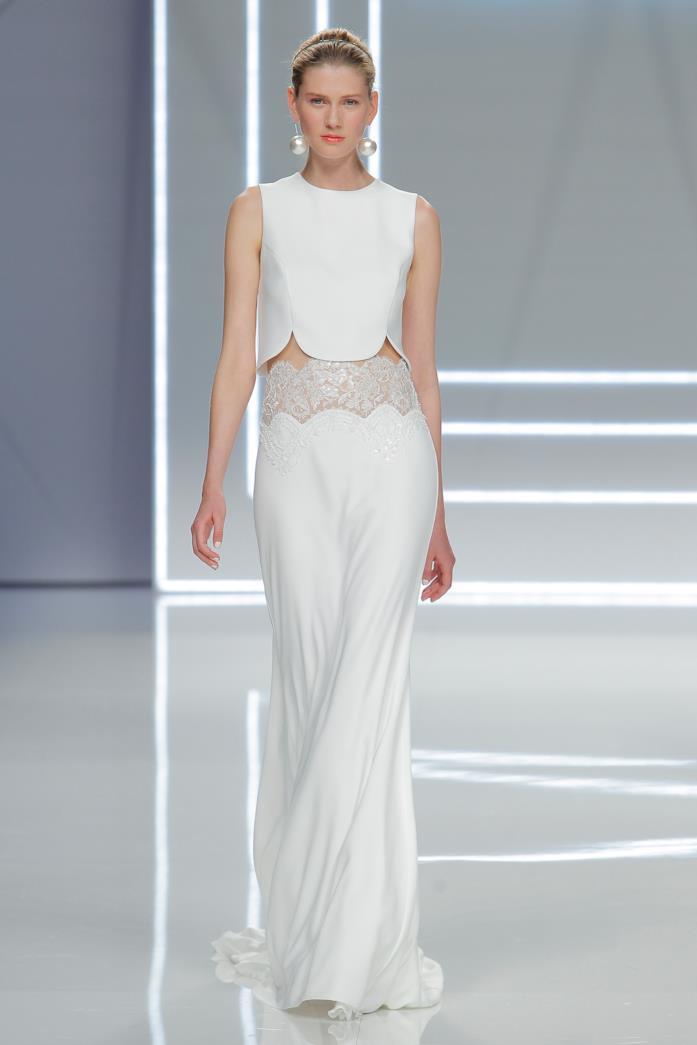 Modella indossa abito da sposa crop-top Rosa Clará