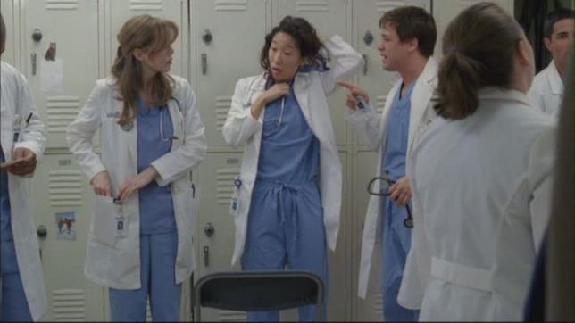 Meredith, Cristina e George davanti gli armadietti nel pilot di Grey's Anatomy