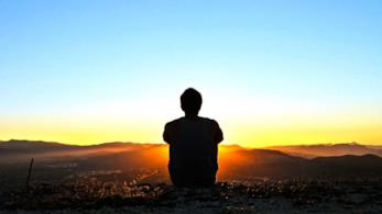 Un uomo solo al tramonto.