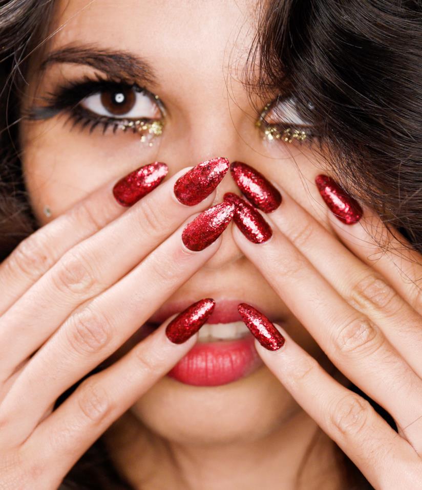 Nail art in gel rossa con glitter