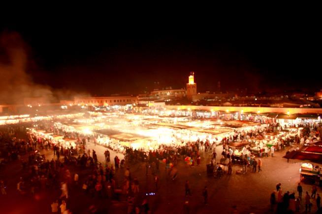 Piazza Djemaa el-Fna con i suoi ristoranti ambulanti durante la notte