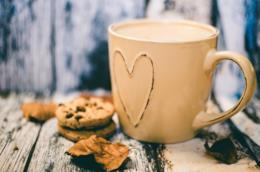 Tazza di cappuccino con la decorazione di un cuore impresso