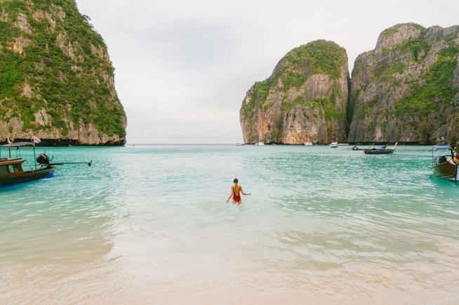 Donna nel mare della Thailandia