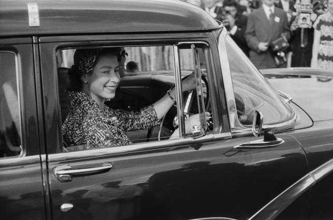 La Regina Elisabetta II al volante
