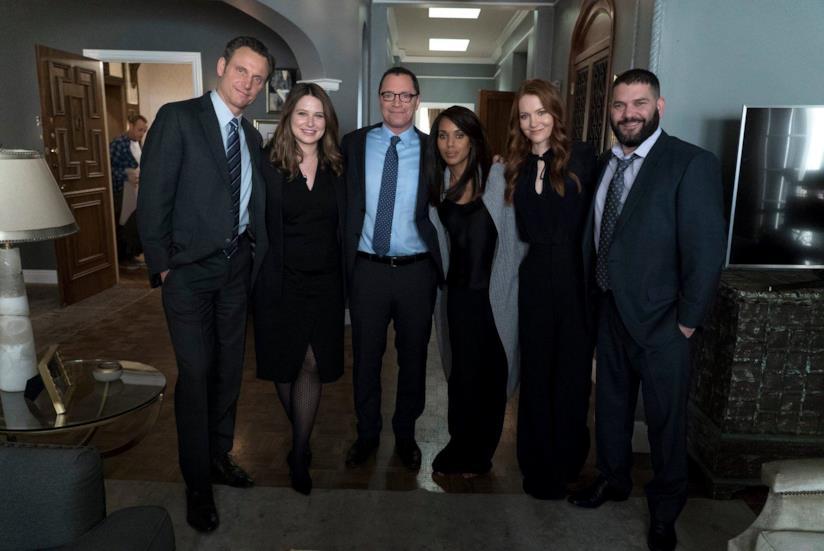 Il cast di Scandal in una pausa sul set