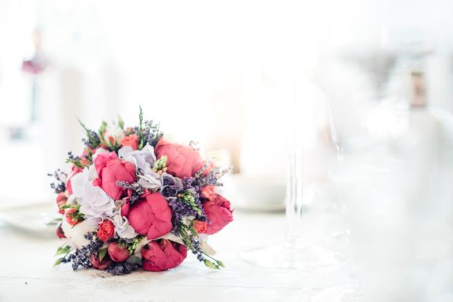 Bouquet sposa con peonie viola