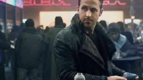 Un primo piano di Ryan Gosling in Blade Runner 2049