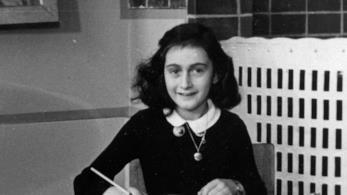 Una foto di Anna Frank che scrive
