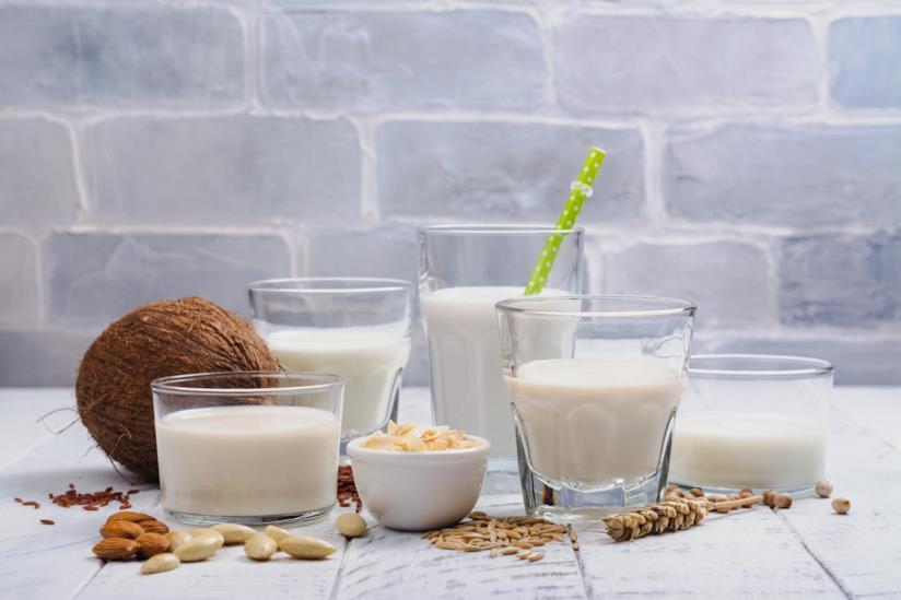 Bicchieri con il latte di cocco su un tavolo