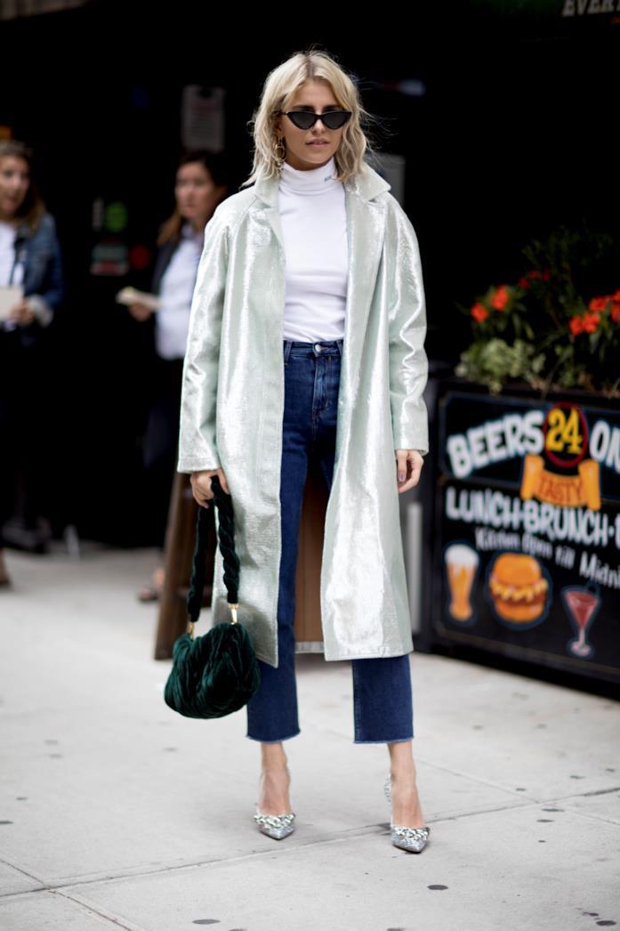 Jeans abbinati a top e décolleté preziose