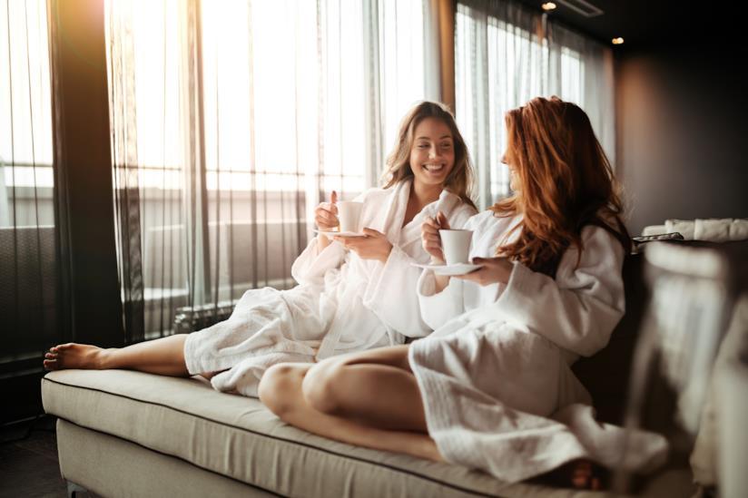 Ragazze bevono cafè in una stanza d'albergo