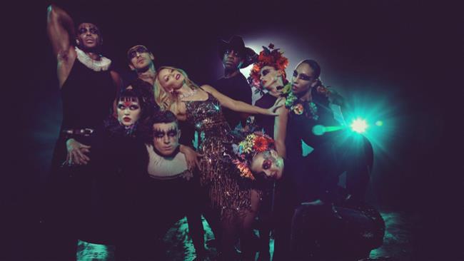 Kylie Minogue e il suo corpo di ballo nel video di Dancing