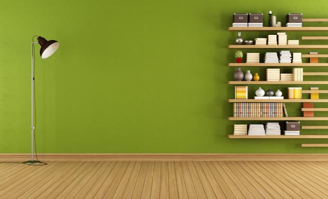 Mensole in legno su parete colorata