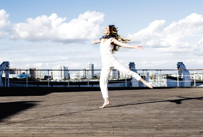 Una donna balla su un tetto