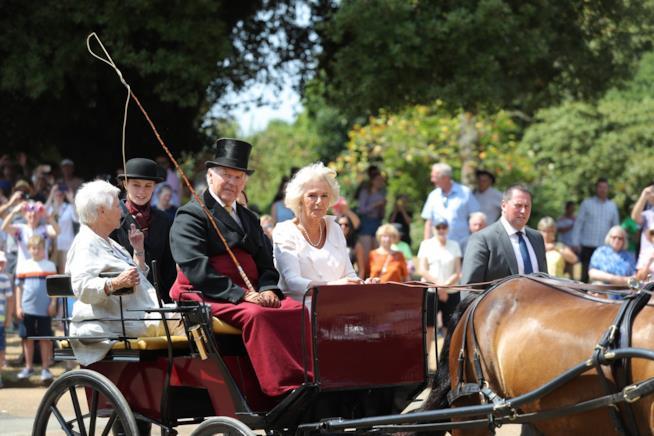 L'attrice Judi Dench e la dichessa adi Cornovaglia in carrozza