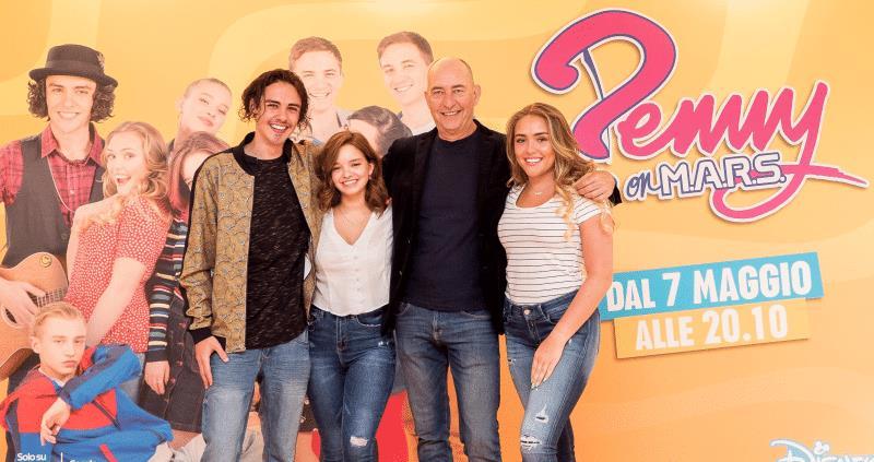 Il cast e il regista di Penny On M.A.R.S.