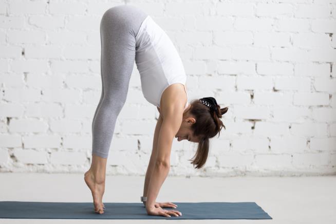 Donna fa yoga