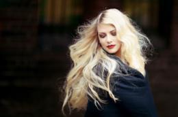 Una donna dai lunghi capelli biondi