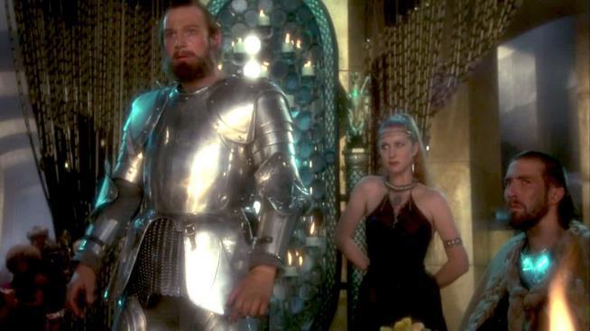 Una scena di Excalibur con Liam Neeson ed Helen Mirren