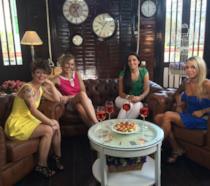 Le protagoniste del primo episodio di Quattro Matrimoni in Italia 3 riunite per un aperitivo
