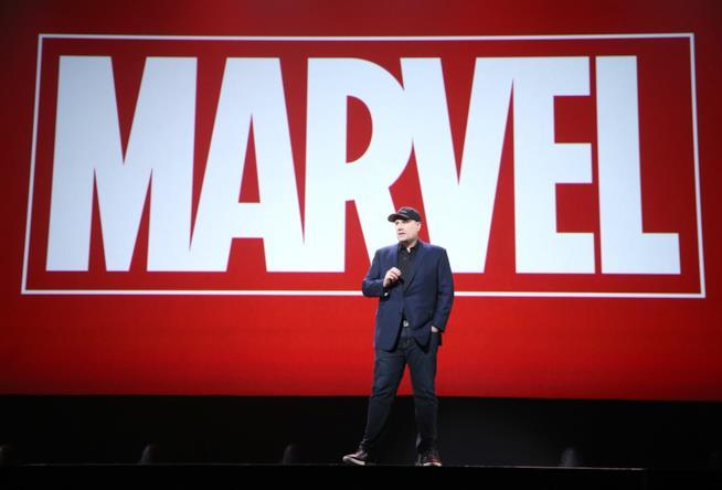 Kevin Feige davanti a uno sfondo Marvel