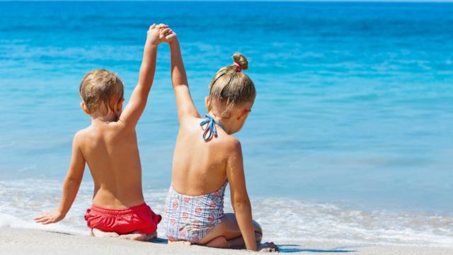 Insolazione e colpo di calore: come proteggere i bambini d'estate al mare, in montagna e in città