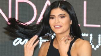 Kylie Jenner fa roteare i capelli