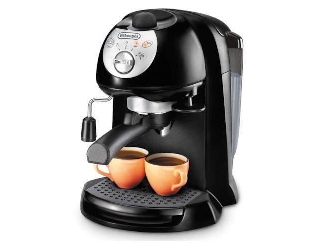 Macchina per il caffè con due tazzine pronte sul ripiano