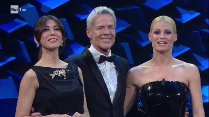 Primo piano di Michelle Hunziker, Claudio Baglioni e Virginia Raffaele, tutti e tre in nero