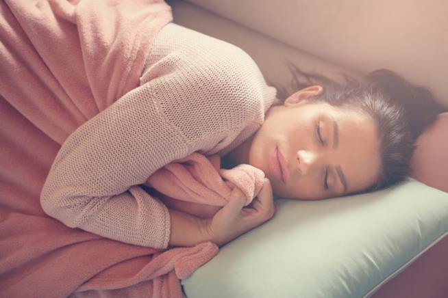 Ragazza dorme nel letto