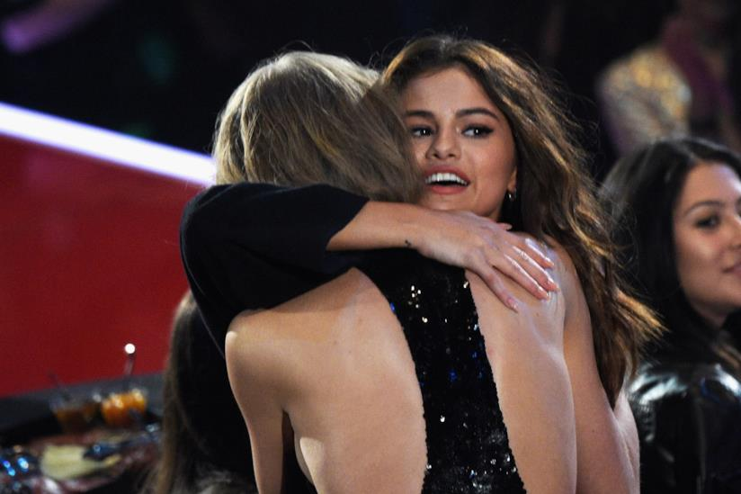 Abbraccio tra Selena Gomez e Taylor Swift