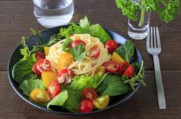 Spaghetti con insalata, tonno, ciliegini, cerfoglio, menta e cumino