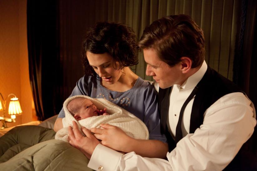 Lady Sybil saluta la sua bambina insieme a Tom