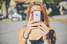 Una giovane si fa un selfie