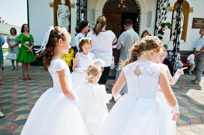 Bambine all'ingresso della chiesa
