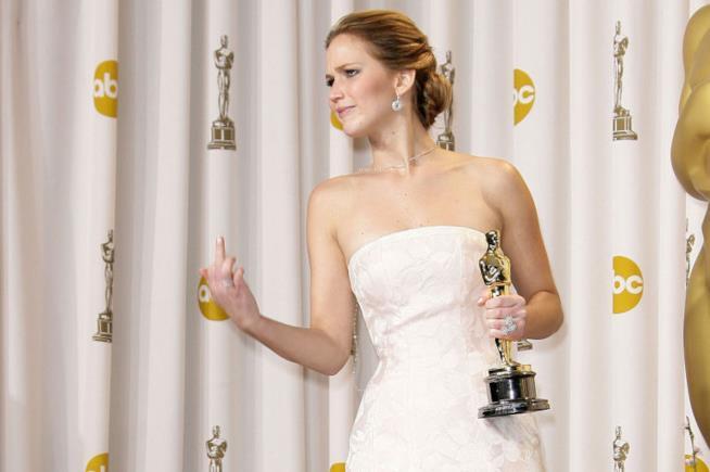 Jennifer Lawrence mostra il dito medio con in mano l'Oscar
