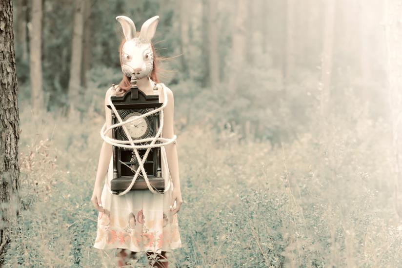 Ragazza con una maschera di coniglio bianco