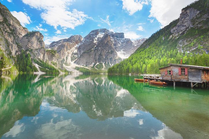 Il Lago di Braies con la palafitta di legno.