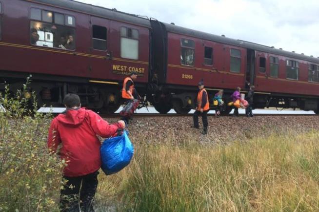 La famiglia Cluett si avvicina al treno