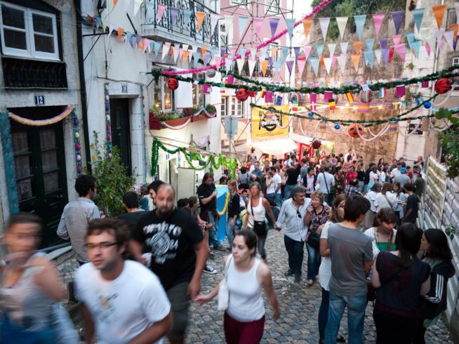 Una strada di Lisbona animata dai partecipanti alle celebrazioni in onore di Sant'Antonio