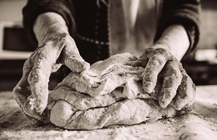 Una donna prepara la pasta