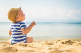 Bambino al mare in spiaggia