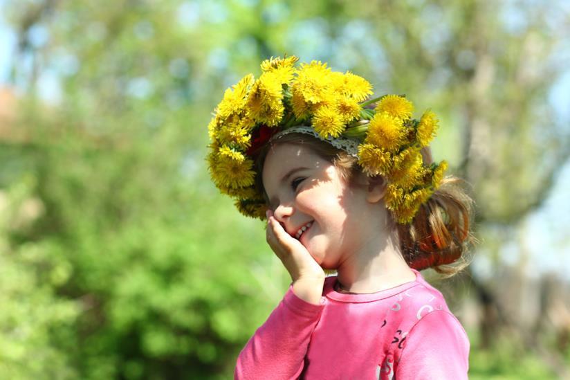 Bambina con fiori in testa