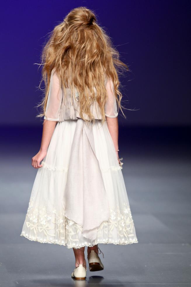 Modella con capelli sciolti e mossi