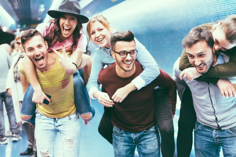 Amici che ridono felici.