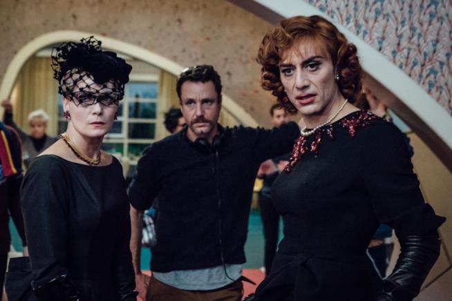 Il cast di Favola insieme al regista
