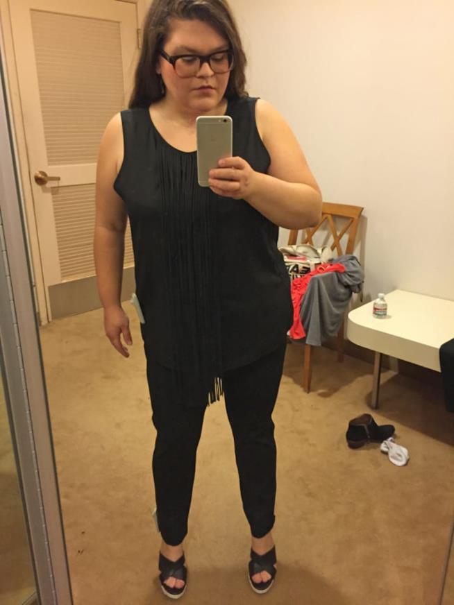 Il look di Kristin Chirico pantaloni neri e frange proposto da Macy's