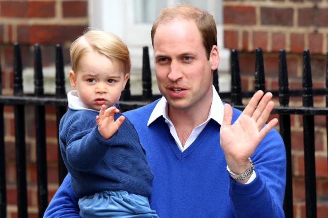 William e George, in azzurro, salutano