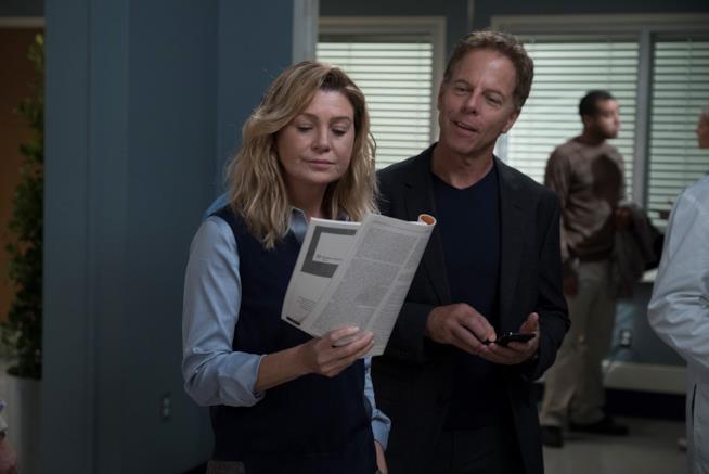 Tom con Meredith in una scena della première di Grey's Anatomy 15