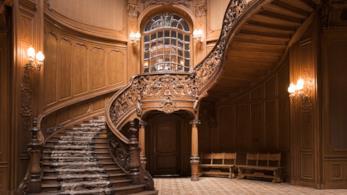 Scala in stile barocco costruita in legno